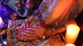 Gioielli ed accessori orientali nuziali dorati: Piede e mani femminili con gioielli indiani stock footage