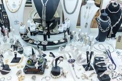 gioielli esposti nel deposito Fotografia Stock