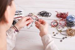 Gioielli fatti a mano che fanno, hobby femminile immagini stock
