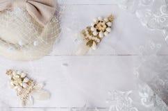 Gioielli fatti a mano degli orecchini con il velo di nozze del pizzo Immagini Stock Libere da Diritti