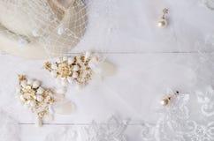 Gioielli fatti a mano degli orecchini con il velo di nozze del pizzo Fotografie Stock Libere da Diritti