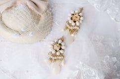 Gioielli fatti a mano degli orecchini con il velo di nozze del pizzo Fotografia Stock