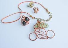 Gioielli fatti a mano unici fatti di filo di rame e delle pietre colourful immagini stock
