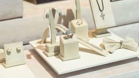 Gioielli nell'esposizione del deposito di modo dei gioielli Immagini Stock Libere da Diritti