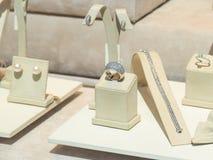 Gioielli nell'esposizione del deposito di modo dei gioielli Fotografie Stock