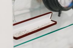 Gioielli nella cassa di finestra al negozio del ` s del gioielliere Concetto di ricchezza e di vita lussuosa Fotografia Stock