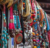 Gioielli nella fila delle collane e dei braccialetti Fotografie Stock