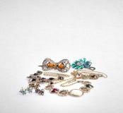 Gioielli o raccolta dei gioielli su un fondo Fotografia Stock Libera da Diritti