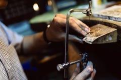 Gioielliere che elabora gioielli Fotografia Stock Libera da Diritti