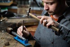 Gioielliere che lavora con il martello Fotografia Stock