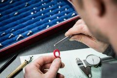 Gioielliere che lavora con l'anello del modello della cera Fotografie Stock