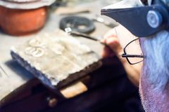 Gioielliere che lavora jwerly al worshop, retrovisione fotografia stock libera da diritti