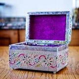 Gioielliere d'argento con le filigrane colorate sopra una tavola di legno fotografia stock