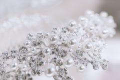 Gioiello con le perle ed i diamanti su un fondo bianco Immagini Stock