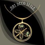 Gioiello dorato con la farfalla, gemme verdi Collana nello stile di art deco Pendente del cerchio sulla catena dorata a filigrana Fotografie Stock Libere da Diritti