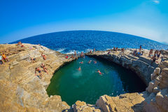 GIOLA, THASSOS,希腊- 2016年9月:沐浴在Giola的游人 Giola是一个自然水池在Thassos海岛,希腊 免版税库存照片