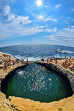 GIOLA, THASSOS,希腊- 2015年8月:沐浴在Giola的游人 Giola是一个自然水池在Thassos海岛, Gree 8月2015年, 免版税库存图片