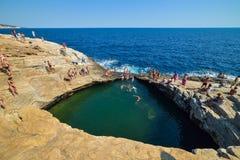 GIOLA, THASSOS, GRÈCE - SEPTEMBRE 2016 : Touristes se baignant dans le Giola Giola est une piscine naturelle en île de Thassos, G Photo libre de droits