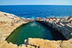 GIOLA, THASSOS, GRÈCE - SEPTEMBRE 2016 : Touristes se baignant dans le Giola Giola est une piscine naturelle en île de Thassos, G Photos libres de droits