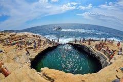 GIOLA, THASSOS, GRECIA - AGOSTO DE 2015: Turistas que se bañan en el Giola Giola es una piscina natural en la isla de Thassos, ag Imagen de archivo