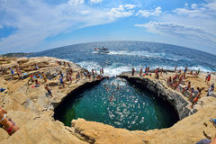 GIOLA, THASSOS GRECJA, SIERPIEŃ, - 2015: Turyści kąpać się w Giola Giola jest naturalnym basenem w Thassos wyspie, Sierpień 2015, obraz stock