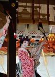 由艺妓女孩的奉献的舞蹈, Gion节日场面 免版税图库摄影
