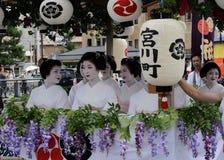 用花装饰的艺妓女孩游行Gion节日的 库存照片