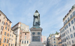 Giordano Bruno staty på den Campo Dei Fiori fyrkanten i Rome Arkivbild