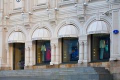 Giorgio Armani-boutique op de Straat van de Theatersteeg in Moskou Stock Afbeelding