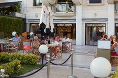 Giorgio Armani-koffie met mensen in Cannes Stock Foto