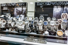 Giorgio Armani Watches In Shop fönster Arkivfoton