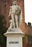 Giorgione雕象和塔在Castelfranco,意大利 免版税图库摄影