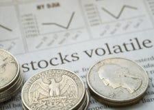 Giornale aperto alla pagina del mercato azionario che mostra parola Immagine Stock