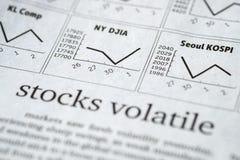 Giornale aperto alla pagina del mercato azionario che mostra parola Immagine Stock Libera da Diritti