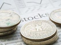 Giornale aperto alla pagina del mercato azionario che mostra parola Fotografia Stock