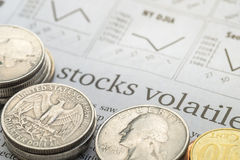 Giornale aperto alla pagina del mercato azionario che mostra parola Fotografie Stock