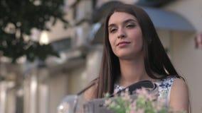 Giornale attraente messo a fuoco della lettura della donna in caffè stock footage