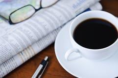 Giornale, caffè e vetri 2 immagine stock
