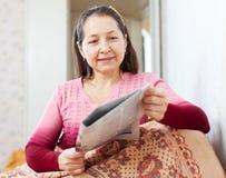 Giornale calmo della lettura della donna Fotografie Stock Libere da Diritti