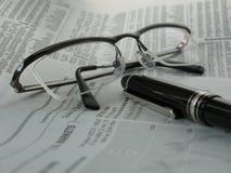 Giornale con i vetri e la penna Fotografia Stock Libera da Diritti