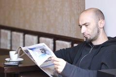 Giornale della lettura dell'uomo Fotografie Stock Libere da Diritti
