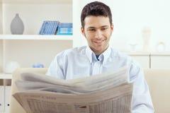 Giornale della lettura dell'uomo Fotografia Stock