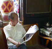 Giornale della lettura dell'uomo anziano Immagine Stock Libera da Diritti