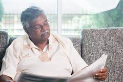 Giornale della lettura dell'uomo anziano Immagine Stock