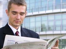 Giornale della lettura dell'uomo d'affari Immagini Stock Libere da Diritti