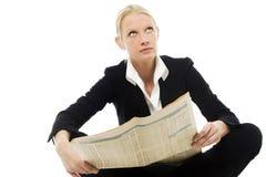 Giornale della lettura della donna Immagine Stock Libera da Diritti