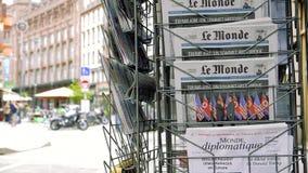 Giornale di Le Monde del francese circa la sommità Singapore di Trump Kim stock footage
