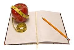 Giornale di perdita di peso o di dieta con Apple e nastro adesivo di misurazione Fotografia Stock Libera da Diritti