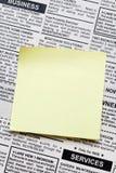 Giornale e nota appiccicosa Fotografia Stock