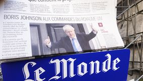Giornale francese di Le Monde con Boris Johnson sulla copertura video d archivio